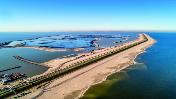 10 million m³ of sand have been deposited around the Houtribdijk levee, protecting infrastructure against waves and nature's elements. Photo: Frank Janssens/Rijkswaterstaat