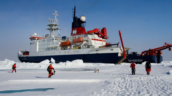 Polarstern operating while stuck in the Arctic ice (Courtesy: M. Schiller).